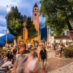 Tiroler Abendrot: Abendshopping in Dorf Tirol