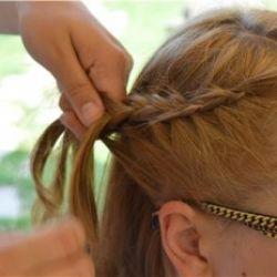 Lavorare al tombolo e intrecciare i capelli