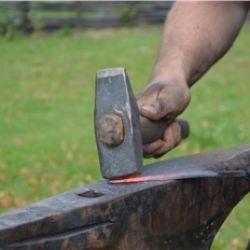 Tessere e battere il ferro