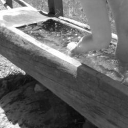 Getti d'acqua secondo il metodo Kneipp al maso Tschaufen